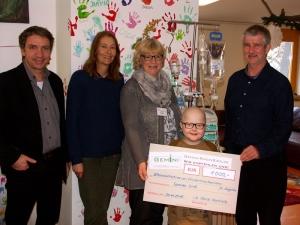 Spendenübergabe in der 'Silberinsel' an die Vorsitzende der Elterninitiative, Frau Manuela Melz (mitte) und den kleinen Malik durch Michael Langen (links) und Ulrich Hartleib (rechts) von GEMINI.
